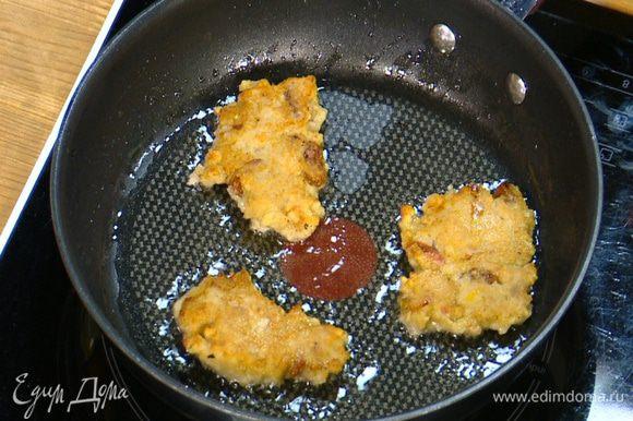 Разогреть в сковороде оливковое масло и пожарить оладушки, а затем выложить их на бумажное полотенце, чтобы удалить излишки жира.