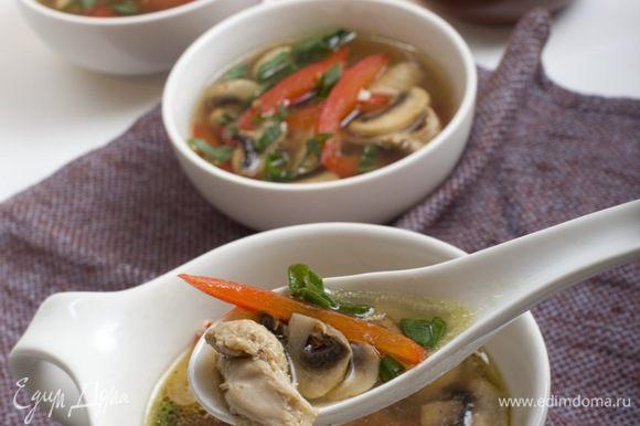 Cуп разлить по тарелкам и посыпать зеленым луком. Приятного аппетита!