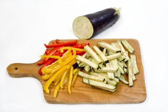 Баклажаны и перец нарезать соломкой. Чеснок и зелень для украшения мелко порубить.