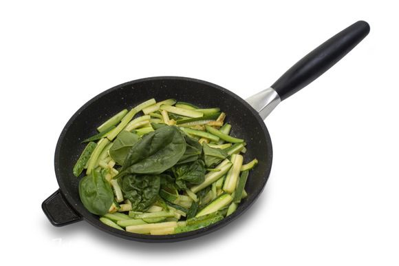 На хорошо разогретом кунжутном масле обжарить огурец и цукини, затем добавить шпинат и жарить еще 2 минуты.