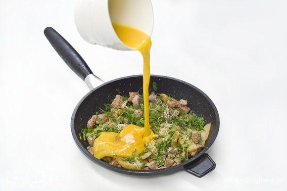 Яйца взбить, посолить, поперчить и вылить на содержимое сковороды. Жарить минут 5-7 минут, пока яйца не запекутся.