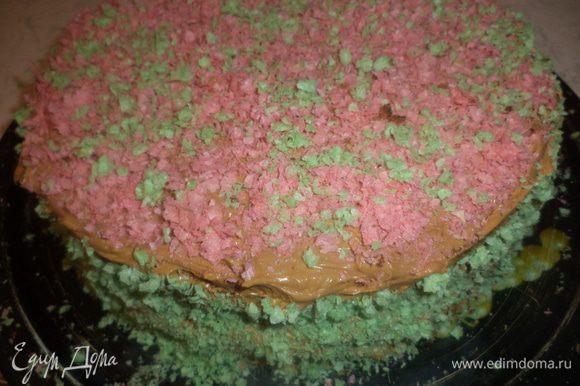 Посыпать ими верх и бока торта.