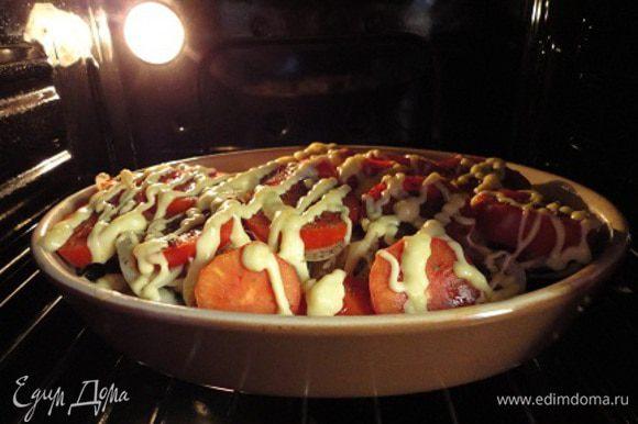 Сверху выложить помидоры. Посыпать прованскими травами (0,5 ч. л. или больше). Нанести сетку из майонеза и посыпать тертым сыром.