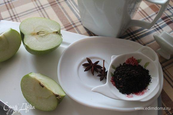 Заварочный чайник обдать кипятком. Кладем бадьян, добавляем заварку и заливаем кипятком (я готовила на три чашки).