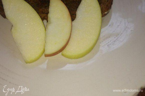 Обжариваем хлебушек на сковороде или в тостере, сверху выкладываем паштет и украшаем по желанию (укроп, зелёный лук, долька лимона). Я сверху присыпала тертым желтком. Всем приятного аппетита!