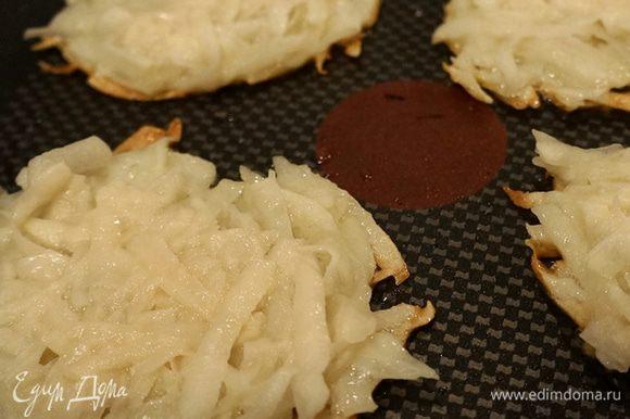 Наливаем немного масла на сковороду, где жарился бекон, и начинаем готовить драники. Выкладываем смесь столовой ложкой и прижимаем ее, формируя тонкий круглый оладушек.