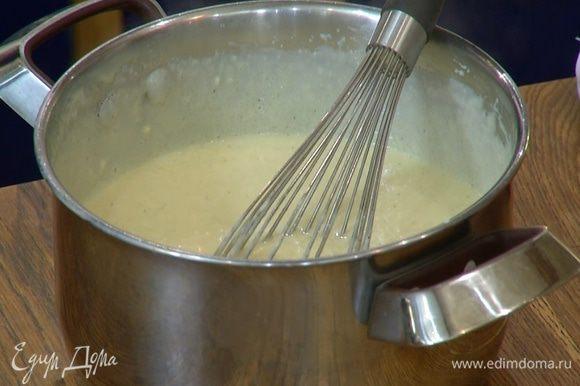 Перелить крем обратно в кастрюлю и прогревать на медленном огне 20 минут, непрерывно помешивая. Готовый крем снять с огня и перелить в холодную миску, продолжая вымешивать венчиком. Дать крему остыть.