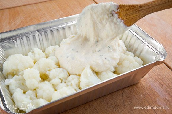 Заливаем капусту сырным соусом и засыпаем крошками. Ставим форму с капустой в разогретую духовку и запекаем минут 25–30 до образования аппетитной золотистой корочки.