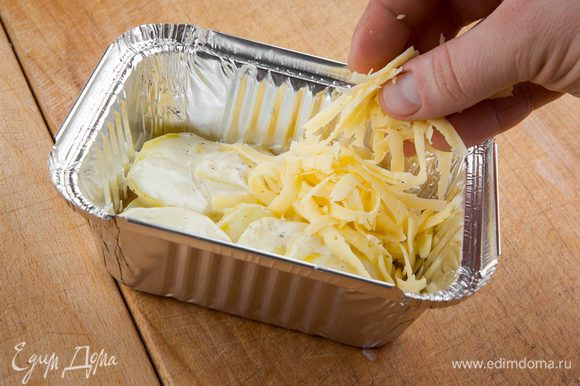"""В форму для выпекания положить слой картофеля и слой сыра, чередуя. Поливаем все сливками. Благодаря нежному сыру """"Брест-Литовск"""" у гратена будет насыщенный сливочный вкус. Отправляем в духовку на 190°С на 15 минут."""