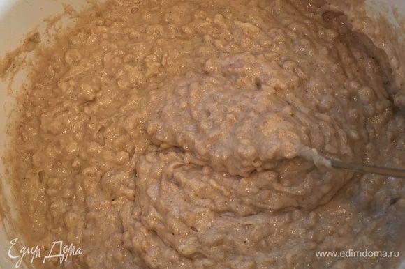 Добавляем сухие ингредиенты и перемешиваем еще раз до однородности.