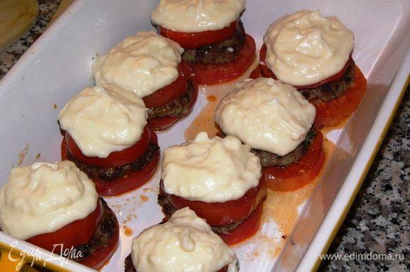 Ложкой выложите соус поверх помидорного гамбургера.