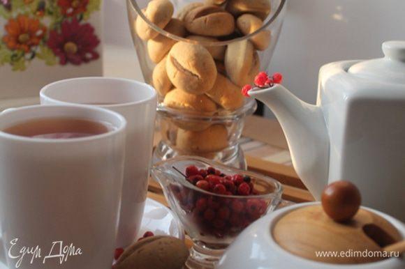 Приятного чаепития! В фотосессии и чаепитии принимало участие печенье Ирины (burro.salvia) http://www.edimdoma.ru/retsepty/60179-pechenie-kofeynye-zerna. Многим оно знакомо, но кто еще не пробовал — рекомендую!