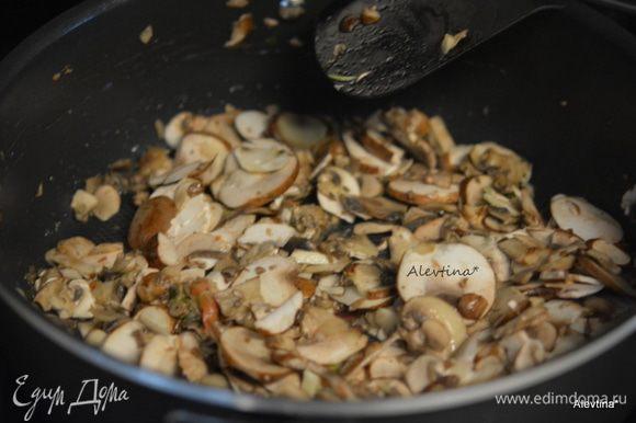 На разогретой сковороде с растительным маслом 2 ст. л. обжарить грибы и мелко порубленный чеснок до мягкости. Добавить тимьян. Снять с огня. Остудить при комнатной температуре.