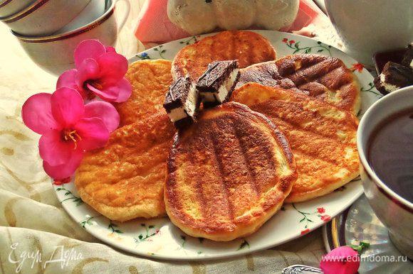 Попробуйте к завтраку сделать оригинальные сырнички от Катюши, я уже готовила их пару раз: http://www.edimdoma.ru/retsepty/77639-syrniki-v-sendvichnitse