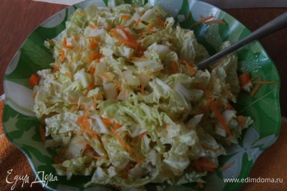 Я делала к пирогу простой салат из пекинской капусты и моркови, сбрызнутый лимонным соком и маслом