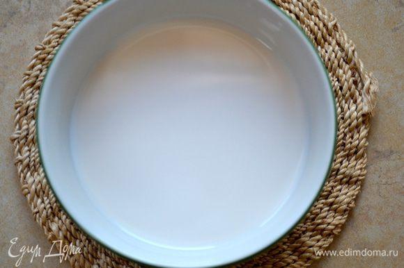 В теплом молоке развести дрожжи. Сливочное масло растопить и слегка остудить.