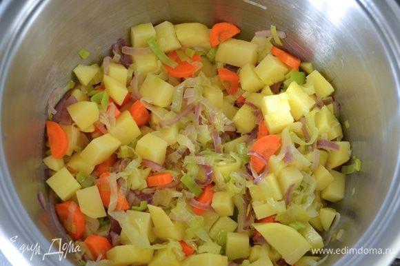 Добавьте морковь и нарезанный картофель.