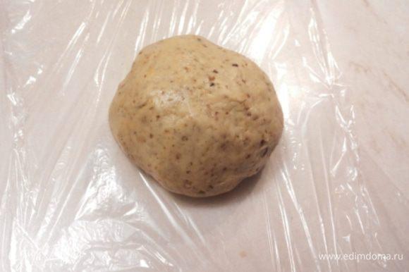 Торопилась и не сделала пошаговых фото приготовления теста. Но там все очень просто и быстро! Сахар смешиваем при помощи миксера с размягченным сливочным маслом, разрыхлитель растворяем в коньяке и добавляем в сливочную массу. Хорошо взбиваем и вводим яйцо и жидкий мед. Если мед не жидкий, нужно немного его подогреть. Муку смешиваем с измельченными орехами, молотыми специями, солью и лимонной цедрой. Сухую смесь перемешиваем со сливочной и вымешиваем тесто. Оборачиваем его в пищевую пленку и в холодильник на всю ночь.