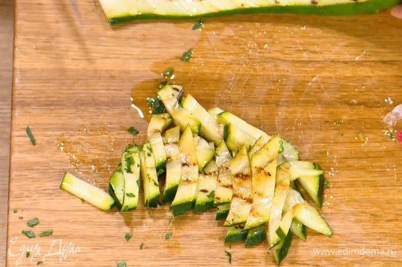 Разогреть сковороду-гриль и обжаривать цукини до появления золотистых полосок, затем тонко нарезать.