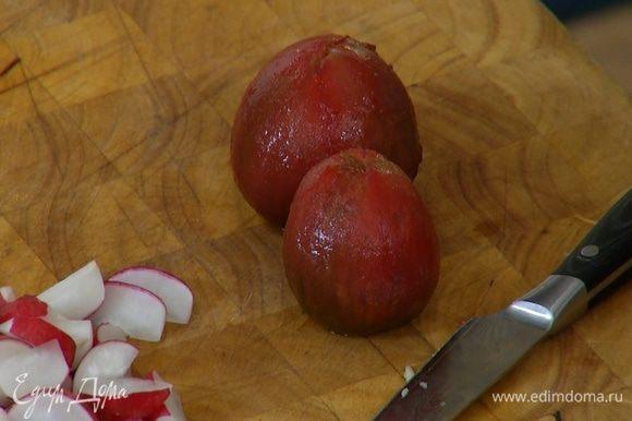 Помидоры надрезать крестиком, залить кипятком и оставить на пару минут, затем кипяток слить и обдать помидоры ледяной водой.
