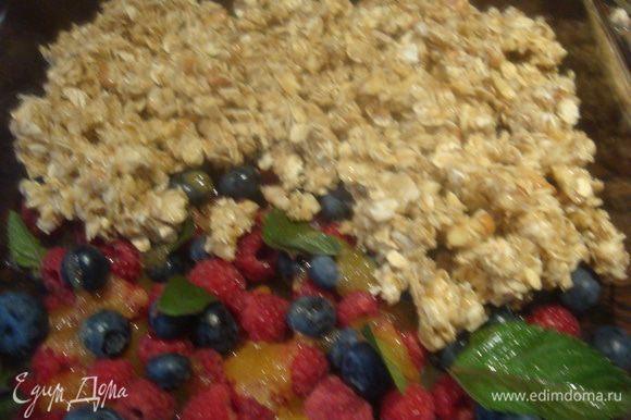 Аккуратно выкладываем овсянку на ягоды.
