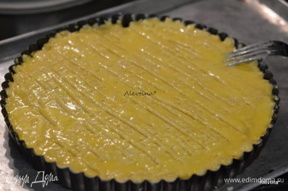 Смазать поверхность кекса яйцом, затем вилкой провести полоски слева и направо по всей поверхности теста и смазать вновь кисточкой. Поставить в духовку на 50 мин. примерно.