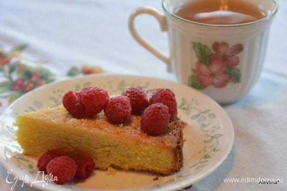 Достать из духовки. Дать слегка остыть. Перевернуть. Разрезать на порции и подаем к столу с ягодами по желанию. Приятного аппетита.