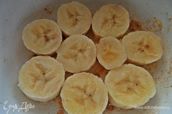 Дно керамической формы смазать маслом и посыпать сухарями, выложить банан кружочками.