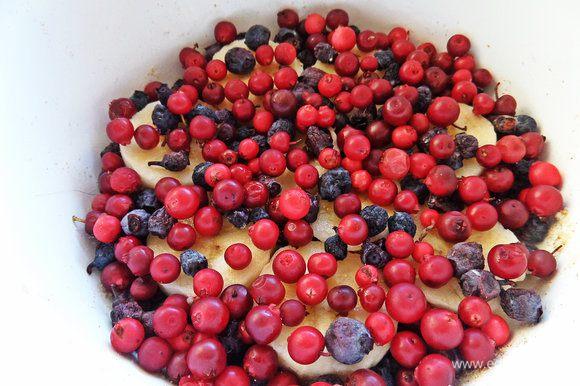 Сверху равномерно посыпать ягодами.