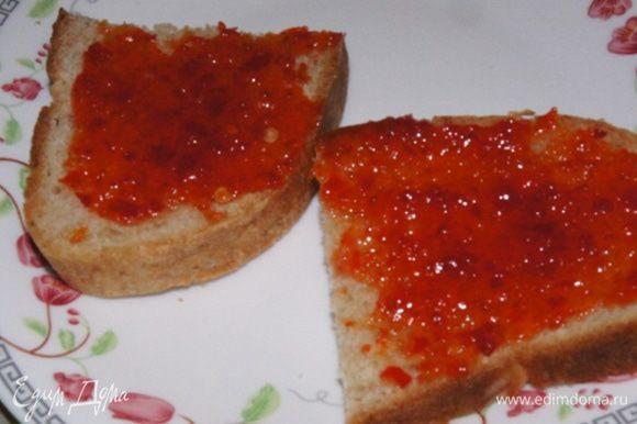 Собираем наш сэндвич: оба куска хлеба смазать острым соусом, я использовала соус-джем по моему рецепту — http://www.edimdoma.ru/retsepty/76997-sous-dzhem-iz-pertsev-chili.