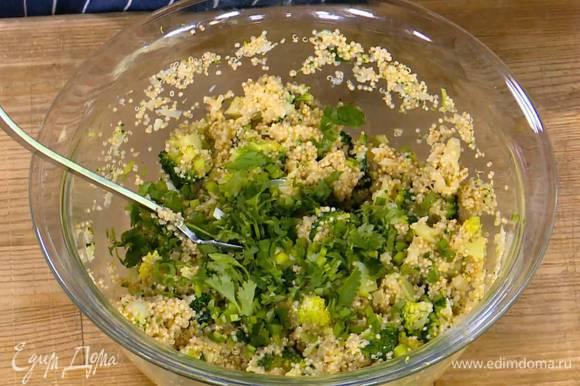 Брокколи соединить с киноа и сыром, добавить яйца, нарубленную зелень, всыпать муку, соль и перец, все перемешать.