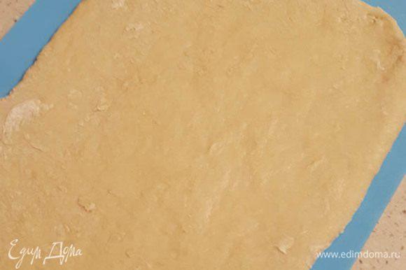 Взбить яйцо с сахаром. Добавить кефир. Размешать, просеять муку и разрыхлитель. Скатать тесто в мягкий шар. (Обращаю внимание, что количество муки может варьироваться, так как кефир бывает густой или, наоборот, как вода) Пусть полежит в тепле минут 30. Раскатать тесто толщиной около 1 см.