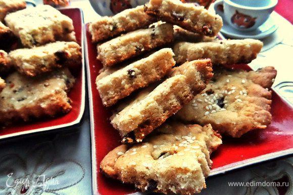 Очень рассыпчатое и ароматное печенье получается и его можно приготовить впрок — хорошо хранится в закрытой коробке.