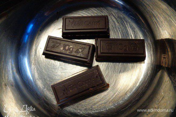 40 г шоколада поломаем на кусочки и отправим в маленькую кастрюльку.