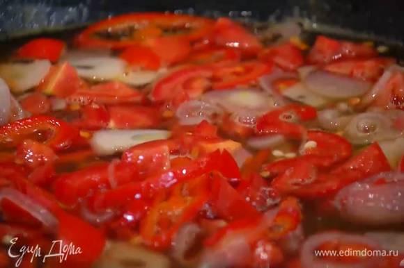 Помидоры нарезать маленькими кусочками и добавить в соус.