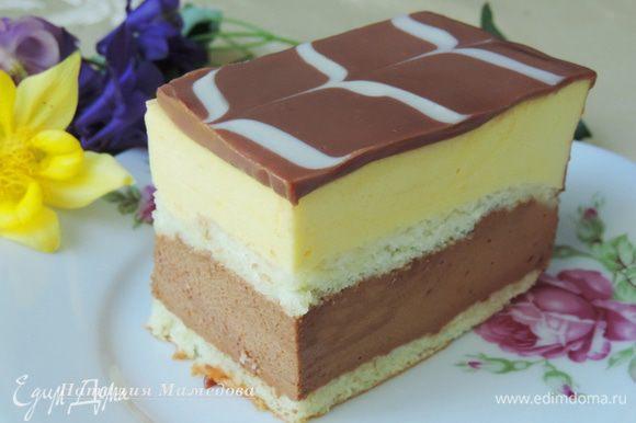 Готовый торт разрезаем на порционные прямоугольные пирожные и подаем к горячему чаю или кофе.