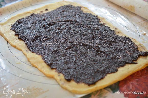 Намазать раскатанное тесто начинкой, оставляя с боков по сантиметру.
