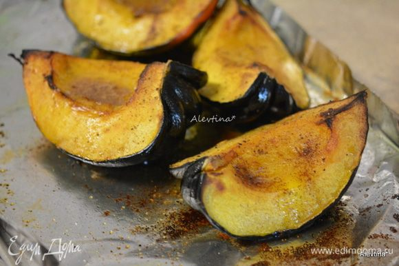 Достать из духовки акорн тыкву, смазать горячую тыкву с масляной смесью с корицей. Вернуть в духовку на 1-3 минуты. Подаем к столу теплыми. Приятного и вкусного вам праздника.