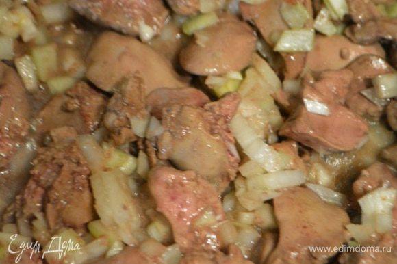 Лук почистить и порезать мелкими кубиками. Добавить к печени и готовить еще 5 минут.