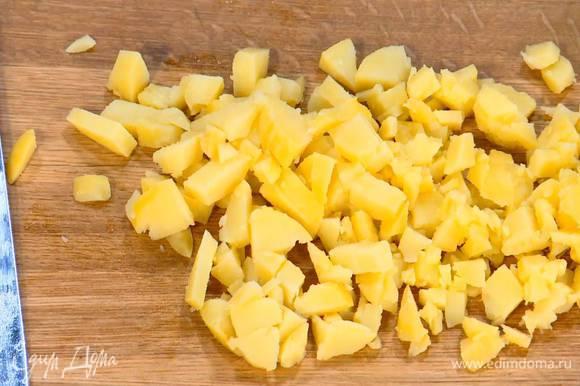 Картофель отварить в мундире, затем почистить и нарезать небольшими кубиками.