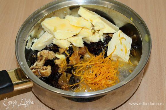 В сотейник положить сухофрукты, масло, сахар, мед, апельсиновый сок, цедру, ром. На медленном огне довести до кипения.