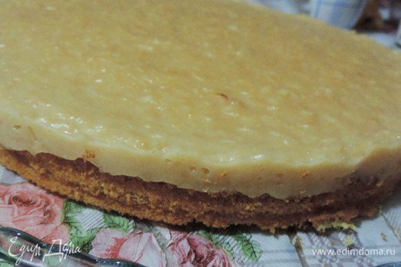 Освобождаем торт от формы, перекладываем на сервировочное блюдо.