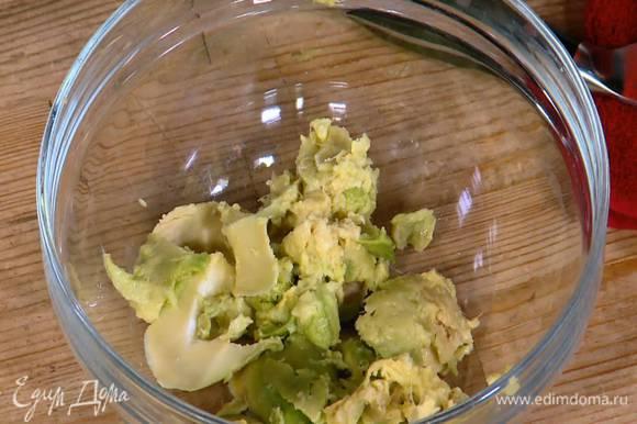 Авокадо почистить и, удалив косточку, ложкой вынуть мякоть.