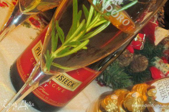 Разливаем шампанское по бокалам, добавляем веточку розмарина и подаем немедленно. С наступающими праздниками!