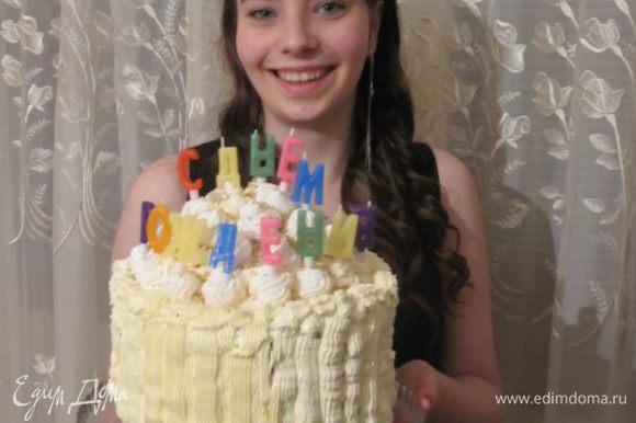 Это торт с именинницей, ой, наоборот, именинница с тортом.