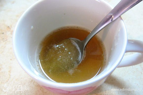 Желатин заливаем водой комнатной температуры и даем набухнуть, нагреваем в микроволновке или же на водяной бане, пока желатин не распустится.
