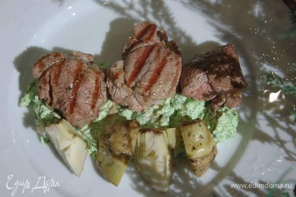 Подавать мясо с пюре из горошка и артишоками.