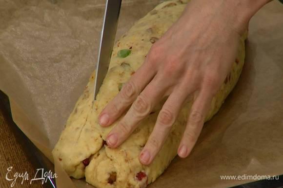 Отдохнувший штоллен надрезать сбоку вдоль, не прорезая слишком сильно, и выпекать в разогретой духовке 25–30 минут.