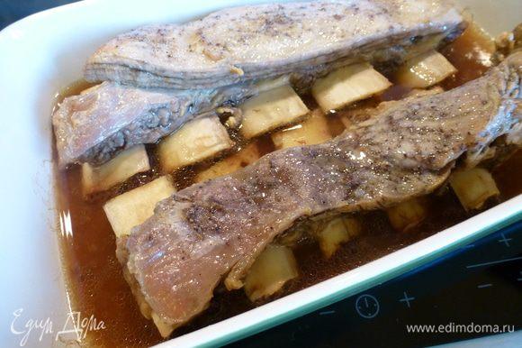 Через 8 часов ребра будут выглядеть так: мясо легко отходит от кости и много бульона.