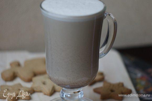 Вливаем в сливки-сыр наш кофе и снова взбиваем хорошенько. Разливаем по бокалам и наслаждаемся великолепным нежным вкусом.